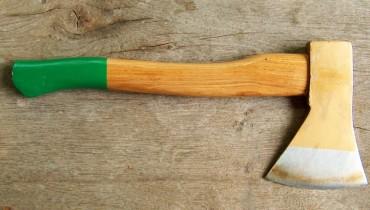 jak-rabac-drewno-siekiera