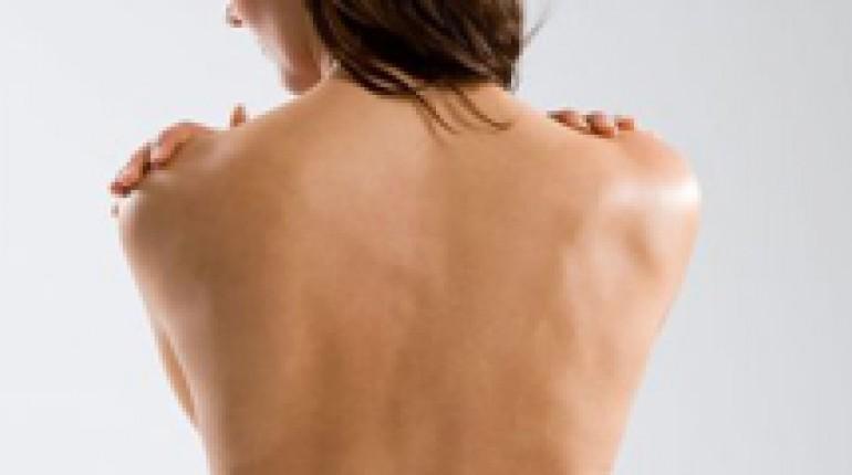 Jak optycznie zmniejszyć ramiona
