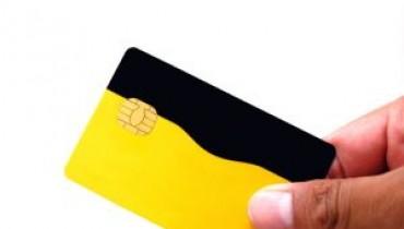 Jak włożyć kartę do bankomatu