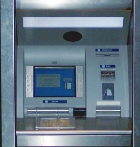 Jak wybierać pieniądze z bankomatu?