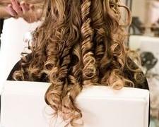 Jak kręcić włosy prostownicą?