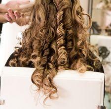 kręcenie włosów prostownicą