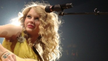 Jak czesać się w stylu Taylor Swift