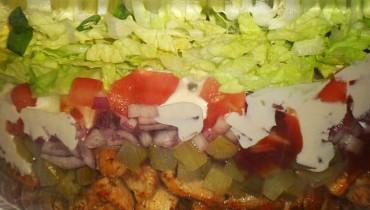 salatka-warstwowa-z-gyrosem