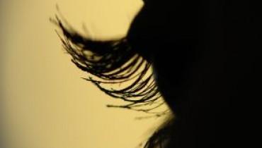 Czarno-złoty makijaż oczu to prawdziwy hit