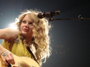 fryzura w stylu Taylor Swift